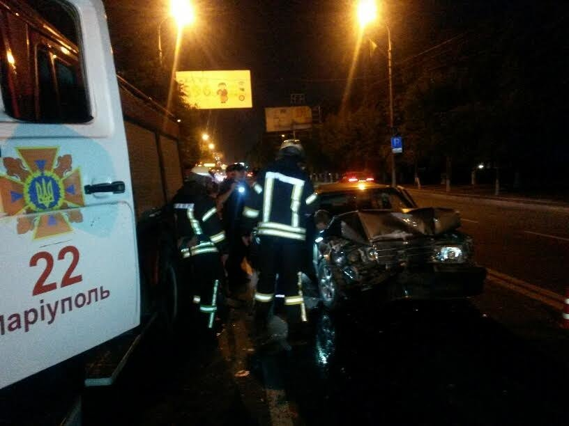 """В центре Мариуполя """"Мерседес"""" на полной скорости врезался в троллейбус (ФОТО+ИДЕО), фото-2"""