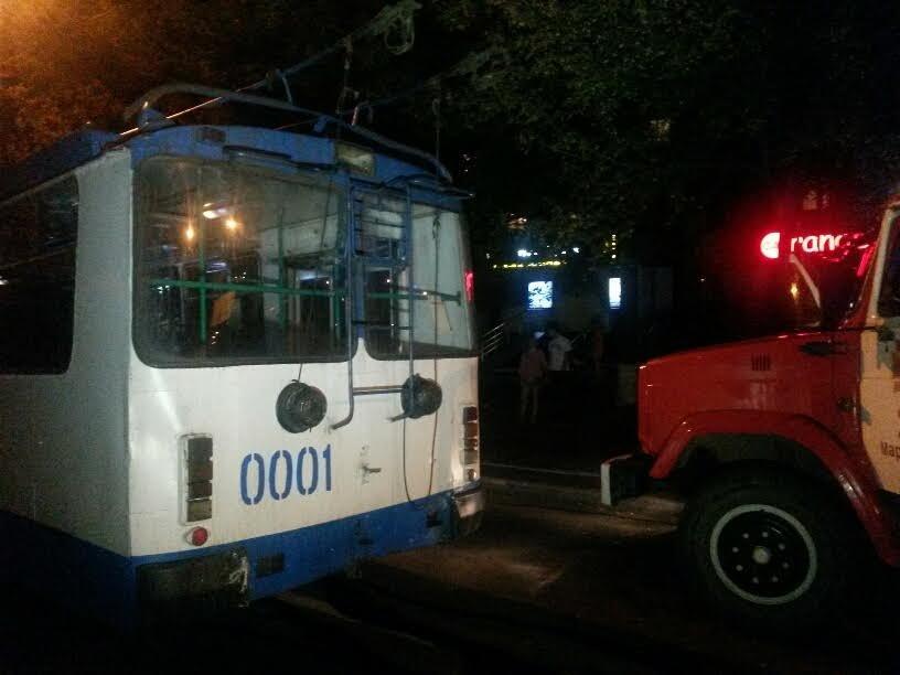 """В центре Мариуполя """"Мерседес"""" на полной скорости врезался в троллейбус (ФОТО+ИДЕО), фото-1"""