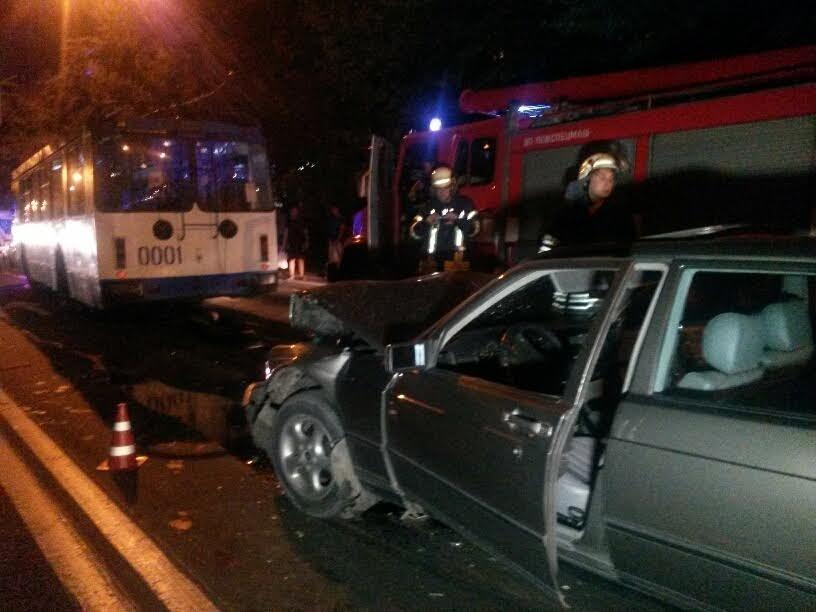 """В центре Мариуполя """"Мерседес"""" на полной скорости врезался в троллейбус (ФОТО+ИДЕО), фото-3"""