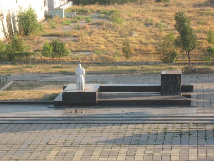 В Мариуполе с центральной площади вновь исчез крест (Фотофакт), фото-1