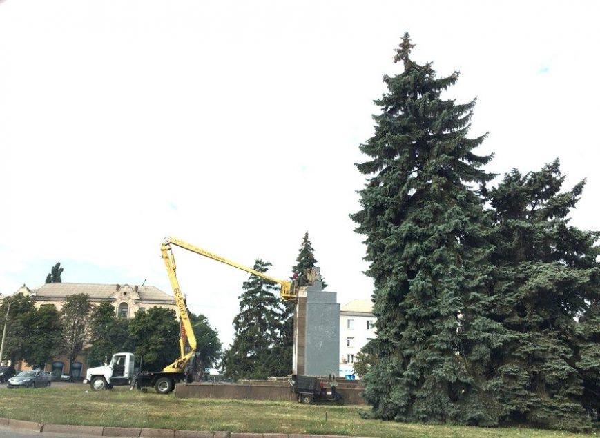 Постамент, где стоял  памятник основателю Донецко-Криворожской республики, готовят ко Дню Независимости (ФОТО), фото-1