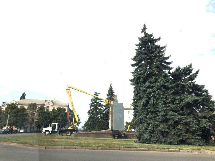 Постамент, где стоял  памятник основателю Донецко-Криворожской республики, готовят ко Дню Независимости (ФОТО), фото-3