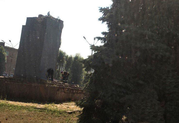 Постамент, где стоял  памятник основателю Донецко-Криворожской республики, готовят ко Дню Независимости (ФОТО), фото-9