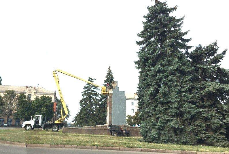Постамент, где стоял  памятник основателю Донецко-Криворожской республики, готовят ко Дню Независимости (ФОТО), фото-4