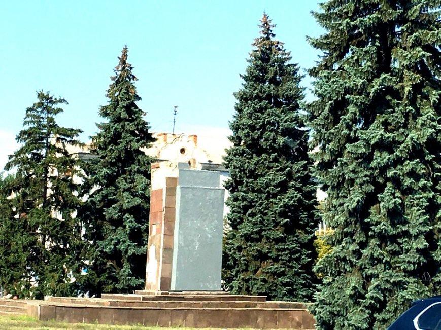 Постамент, где стоял  памятник основателю Донецко-Криворожской республики, готовят ко Дню Независимости (ФОТО), фото-8