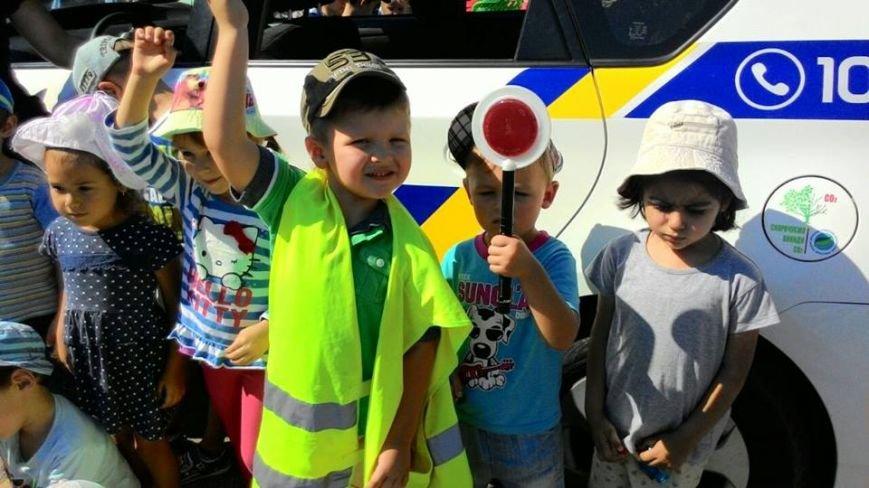 Дошкольники подарили патрульным желто-голубые обереги в виде символа мира, фото-1