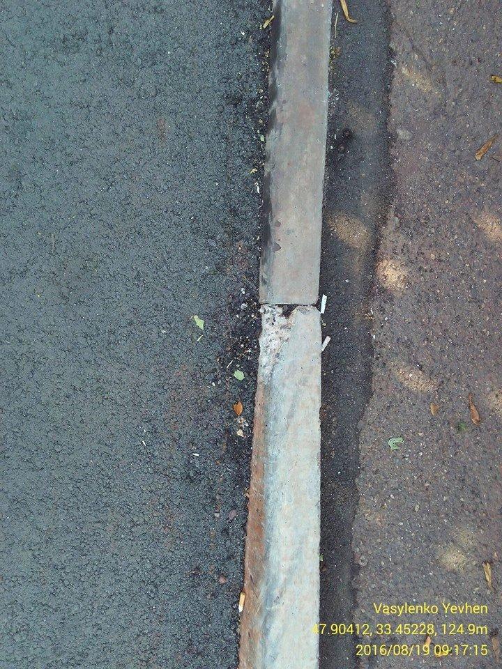 """""""Гламур"""" от дорожников: В Кривом Роге укладывают новые бордюры, покрытые трещинами, фото-3"""