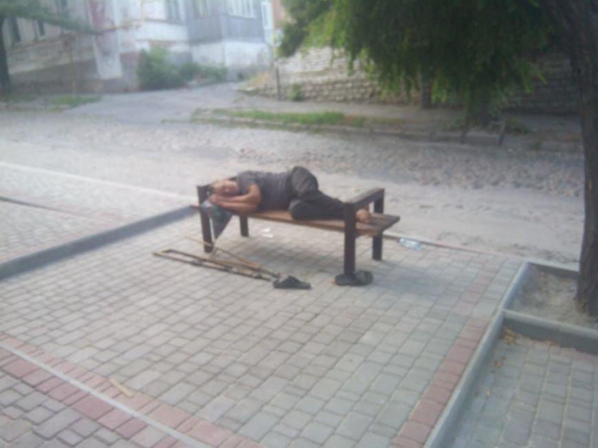 Новые лавочки стали ночлежкой для бездомных, фото-4