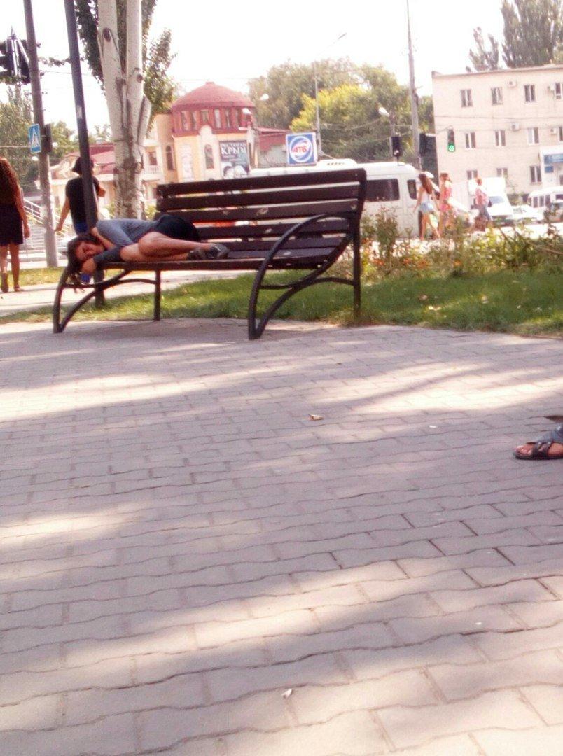 Новые лавочки стали ночлежкой для бездомных, фото-5