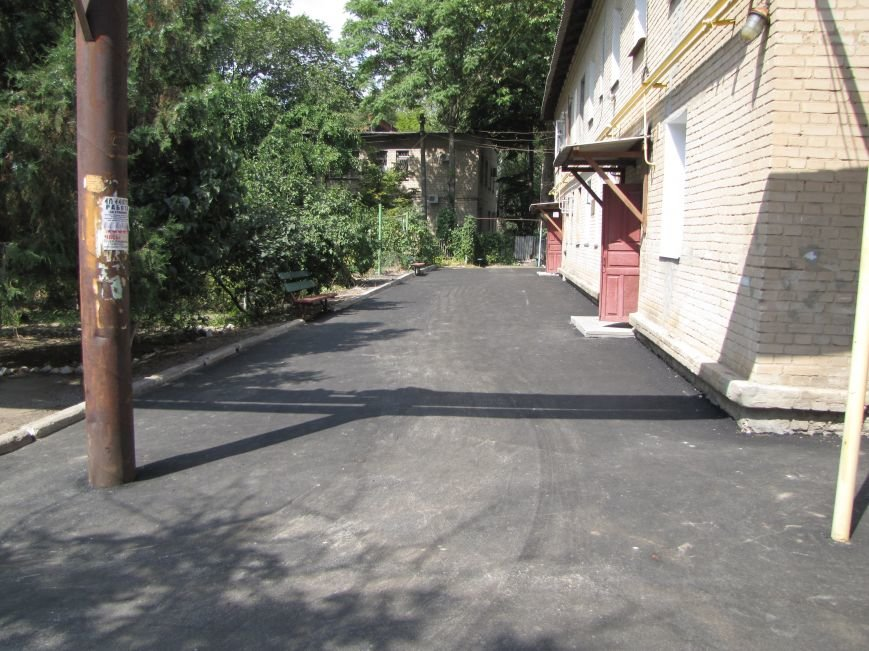 В Мелитополе депутат помог пенсионерам отремонтировать двор, фото-2
