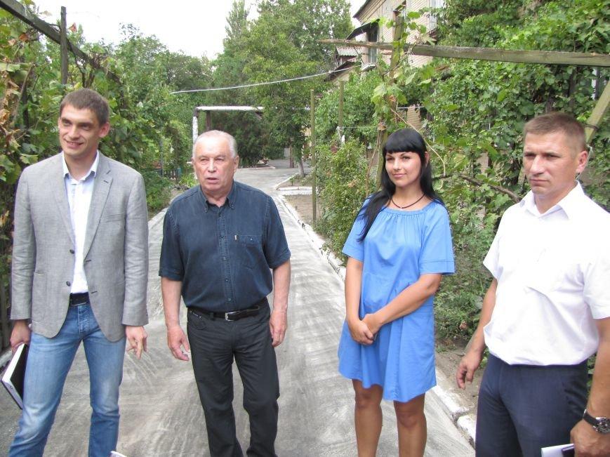В Мелитополе депутат помог пенсионерам отремонтировать двор, фото-1