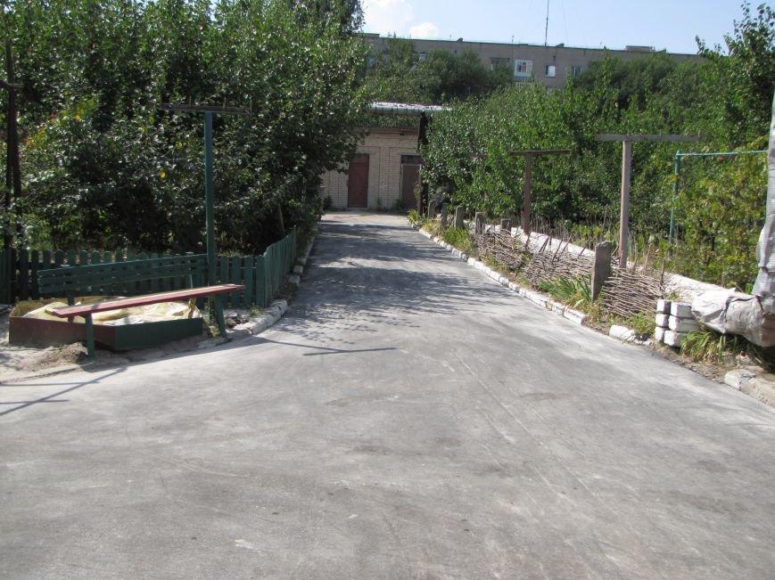 В Мелитополе депутат помог пенсионерам отремонтировать двор, фото-3