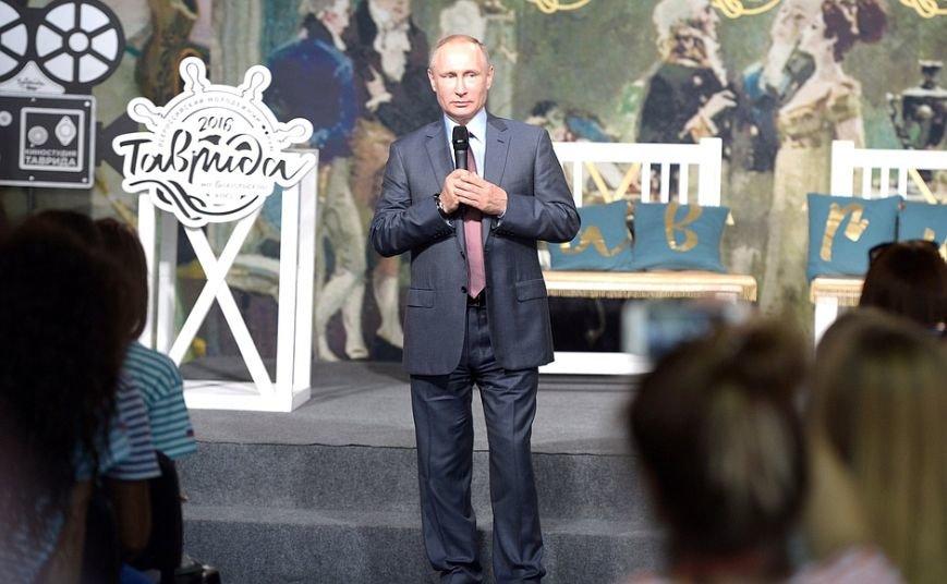 На форуме «Таврида» Путин рассказал, чего ждет от молодых режиссеров, и оставил автограф на аллее граффити (ФОТО), фото-9