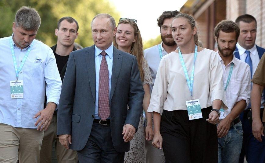 На форуме «Таврида» Путин рассказал, чего ждет от молодых режиссеров, и оставил автограф на аллее граффити (ФОТО), фото-1