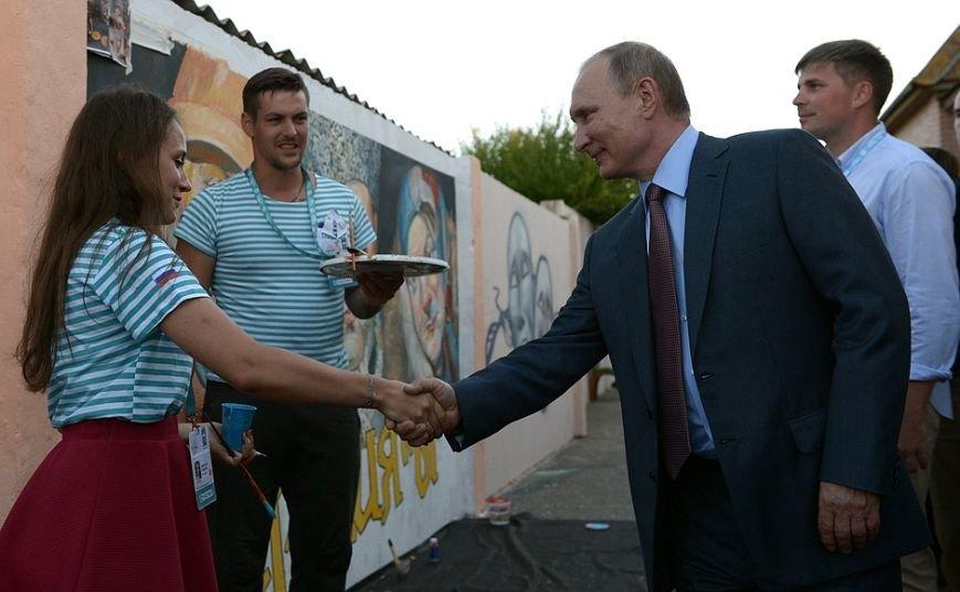 На форуме «Таврида» Путин рассказал, чего ждет от молодых режиссеров, и оставил автограф на аллее граффити (ФОТО), фото-6