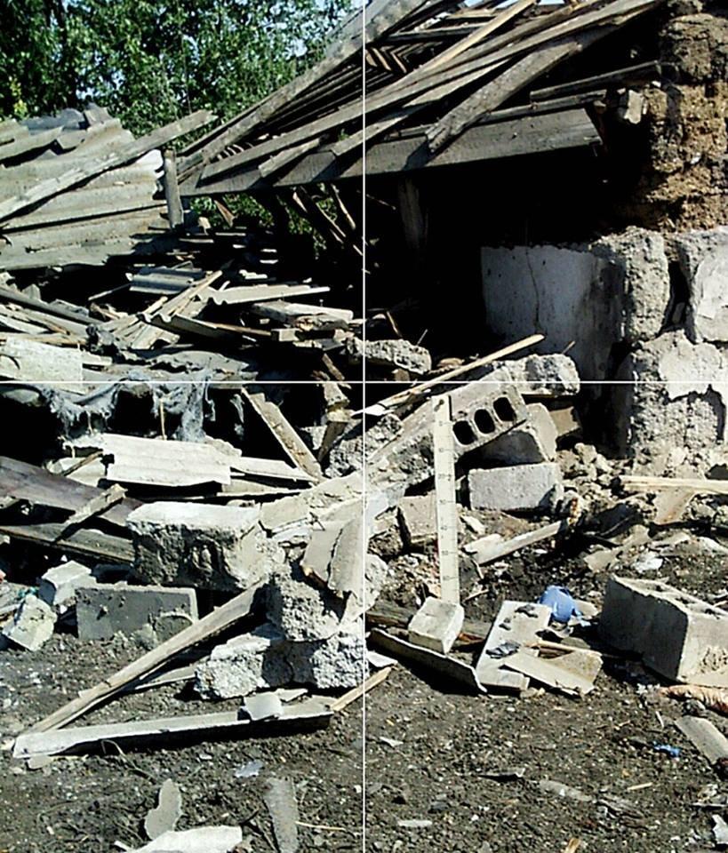 Боевики из тяжелой артиллерии обстреляли село под Донецком - разрушены частные дома (ФОТО), фото-3