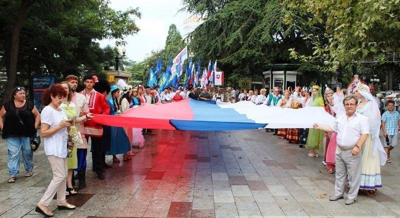 Ялтинцы отметили День флага России шествием по городской набережной, фото-1