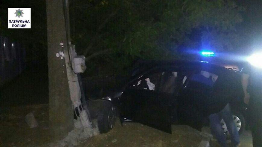 Убегая от патрульных, нетрезвый водитель въехал в столб (ФОТО), фото-2