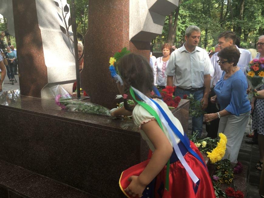 В День Государственного флага в Кривом Роге почтили память бойцов, погибших за Независимость Украины (ФОТО), фото-11