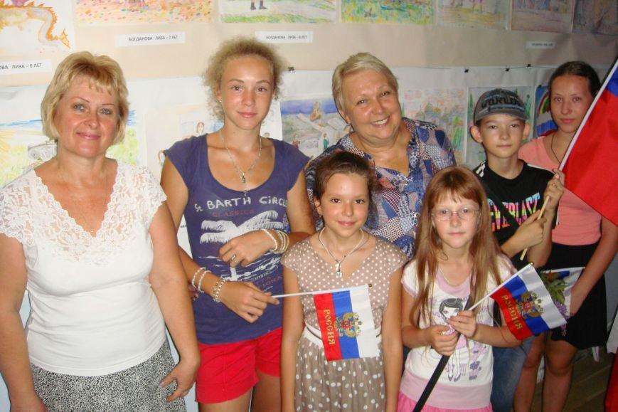 Ко Дню Российского Флага в библиотеке Воронцовского дворца открылась выставка рисунков, фото-5