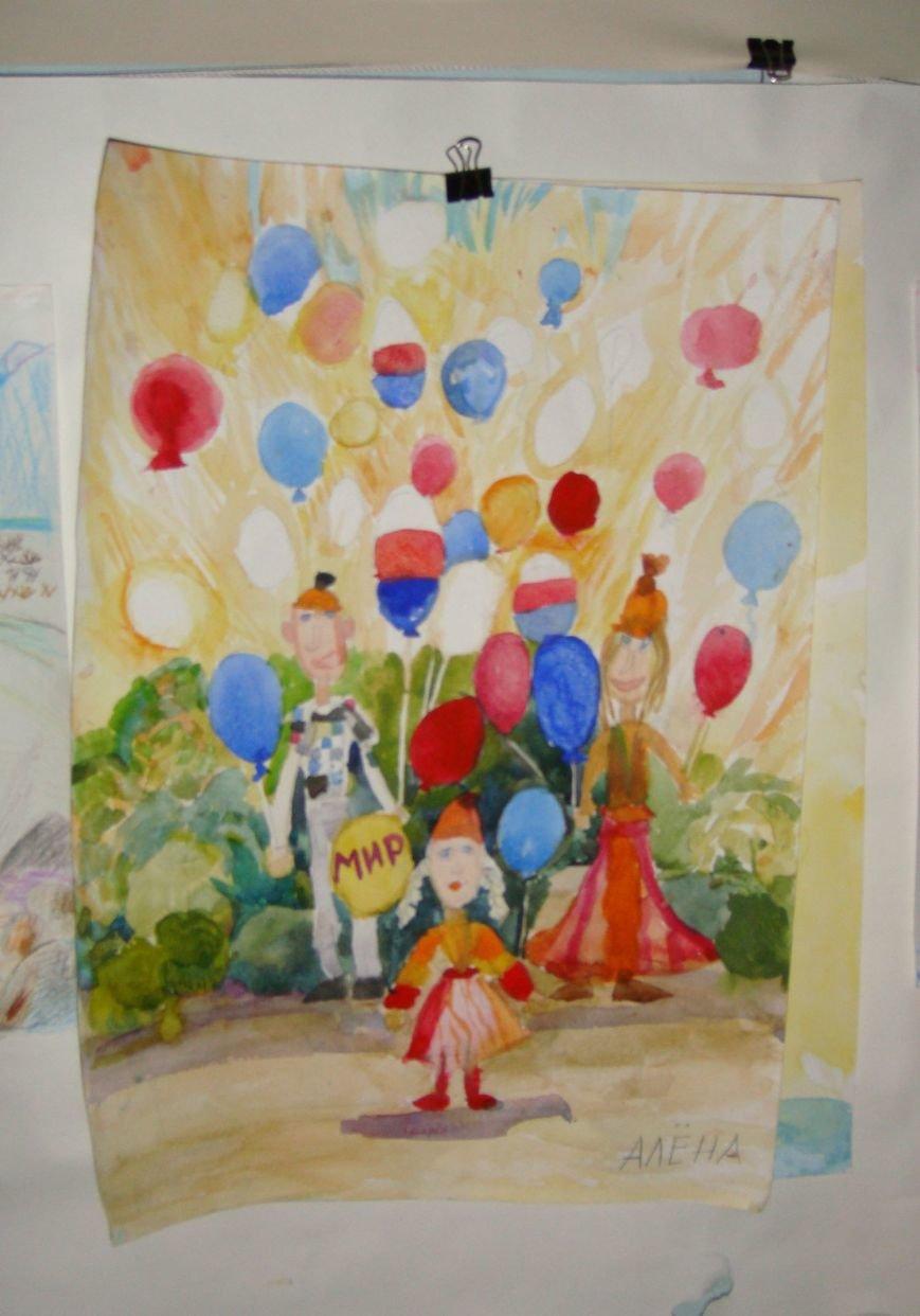 Ко Дню Российского Флага в библиотеке Воронцовского дворца открылась выставка рисунков, фото-1