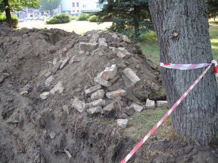 В центрі Білої Церкви продовжують розкопувати могили, фото-2