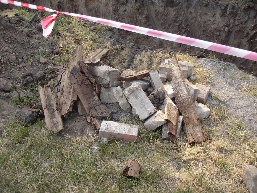 В центрі Білої Церкви продовжують розкопувати могили, фото-1