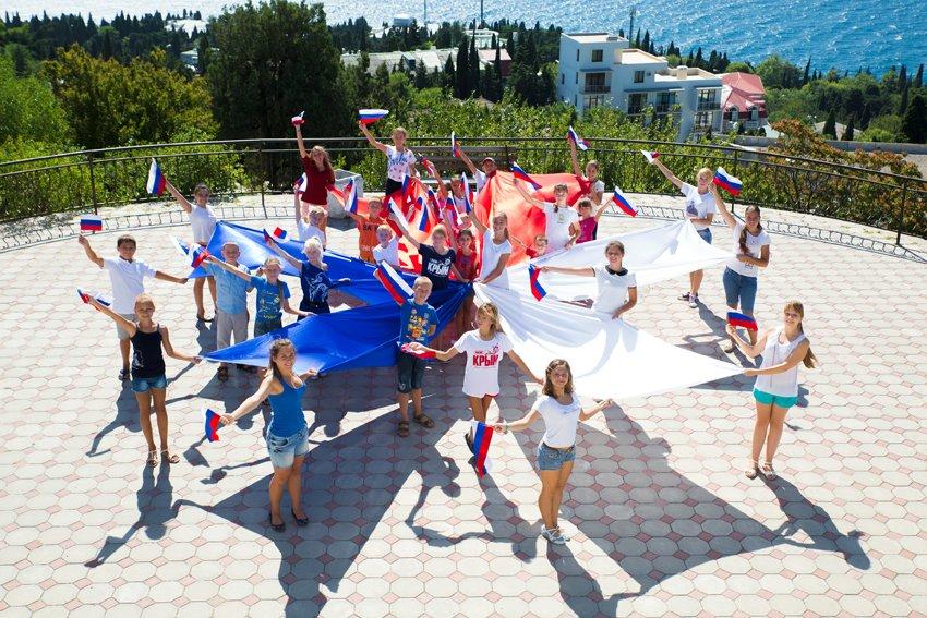 В Симеизе прошел флешмоб, посвященный дню Государственного флага, фото-1
