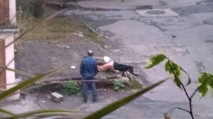 Тернополян шокувала пара, яка зайнялася сексом на асфальті в центрі міста (Фото)  691e4b719575aeef20779b07537688f5