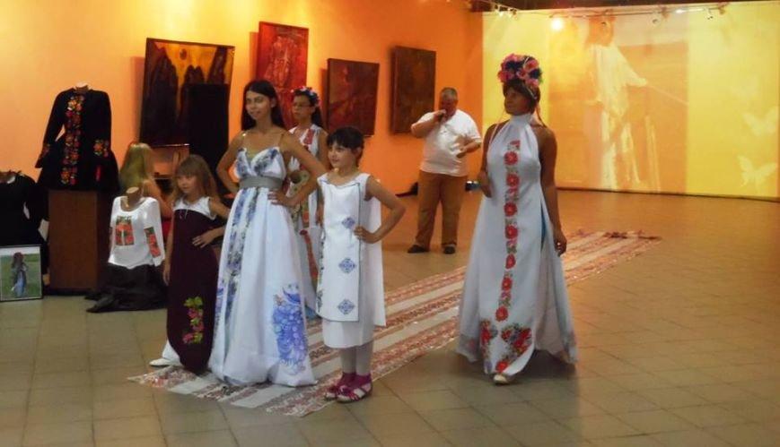 Демонстрация оригинальной национальной одежды прошла в Бердянском художественном музее, фото-1