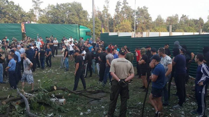 Киевляне снесли забор на месте стройки в Голосеевском лесу (ФОТО, ВИДЕО), фото-1