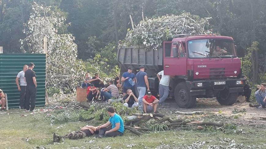 Киевляне снесли забор на месте стройки в Голосеевском лесу (ФОТО, ВИДЕО), фото-2