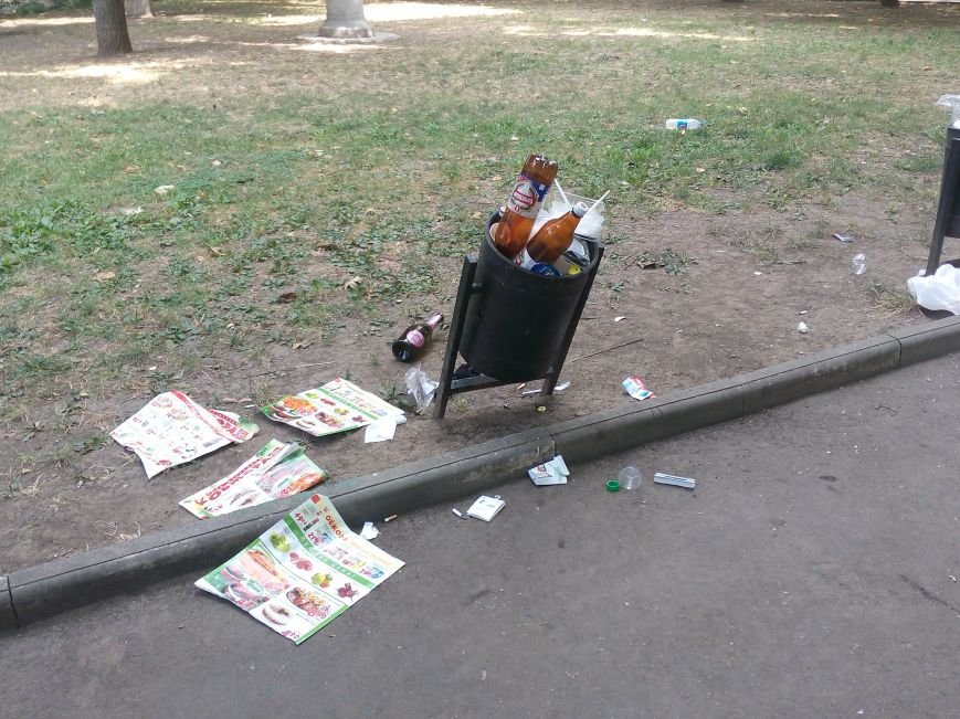 Красоту исторического одесского сквера не разглядеть под слоем мусора (ФОТО), фото-1