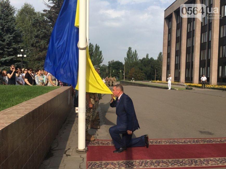 В Кривом Роге: торжественно подняли флаг Украины, почтили память погибших в АТО бойцов, беременная пассажирка умерла после ДТП, фото-1