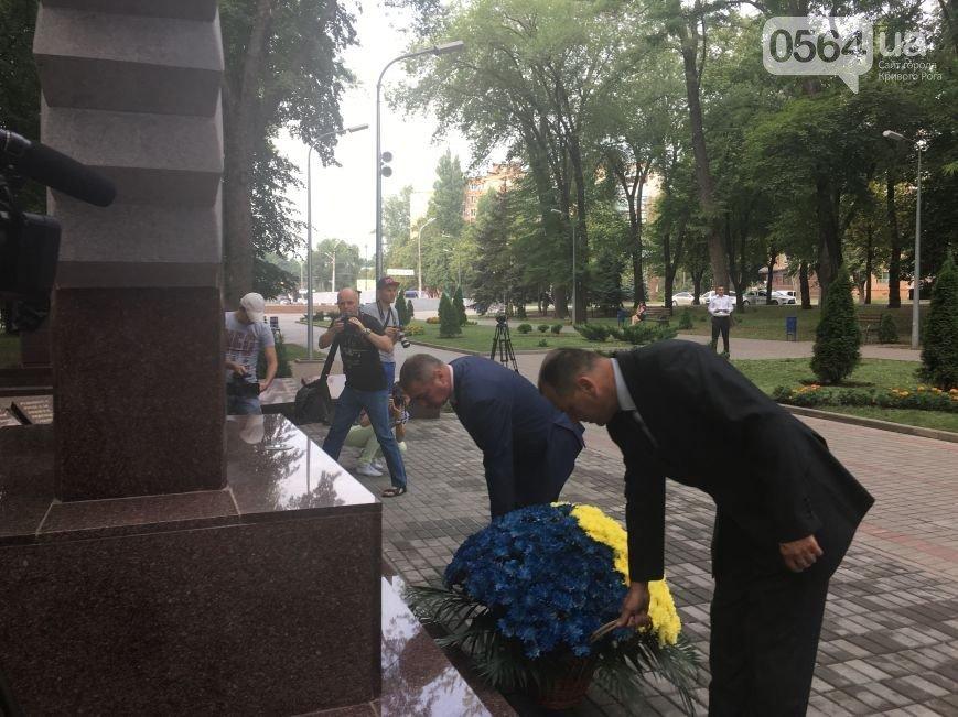 В Кривом Роге: торжественно подняли флаг Украины, почтили память погибших в АТО бойцов, беременная пассажирка умерла после ДТП, фото-2