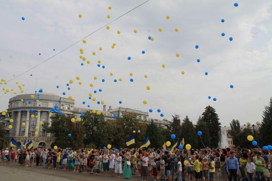 День независимости Украины бахмутчане начали с исполнения гимна и почтили память погибших героев (ФОТО), фото-8
