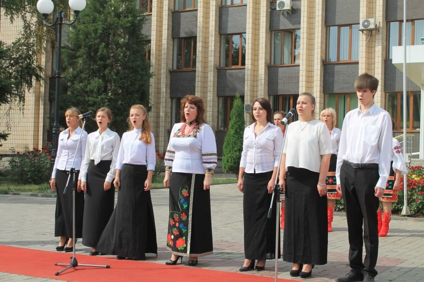 День независимости Украины бахмутчане начали с исполнения гимна и почтили память погибших героев (ФОТО), фото-5