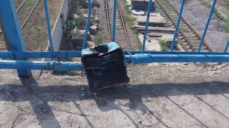 Пешеходный мост в Мелитополе рушится на глазах, фото-3