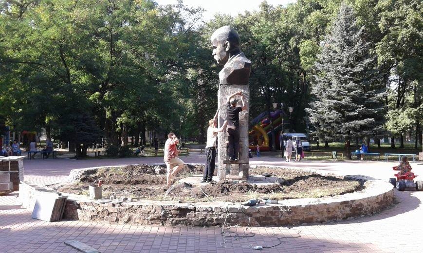 В Авдеевке презентовали отреставрированный памятник  Великому Кобзарю (ФОТО), фото-1