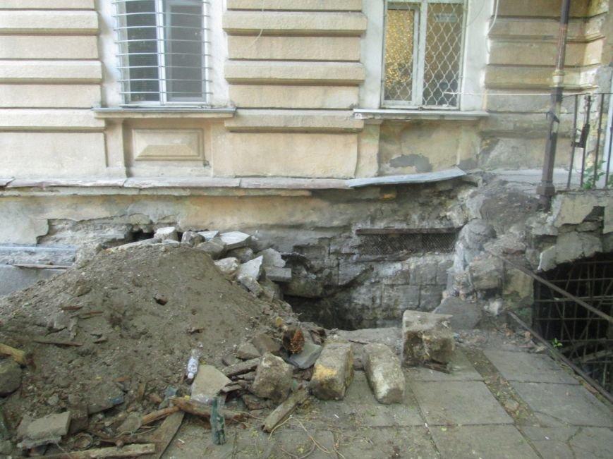 В центре Одессы рабочие сломали историческое крыльцо (ФОТО), фото-1