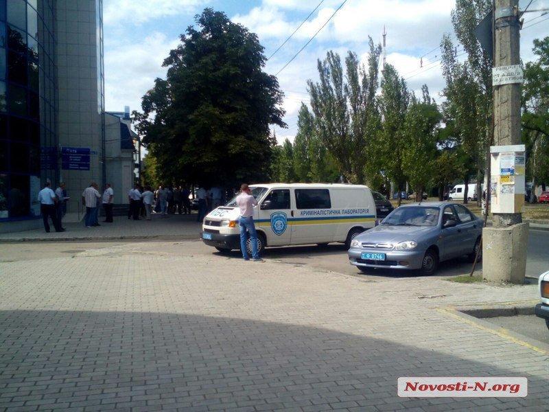 В Николаеве неизвестные в масках  расстреляли автомобиль клиентов банка ВТБ (ФОТО), фото-2