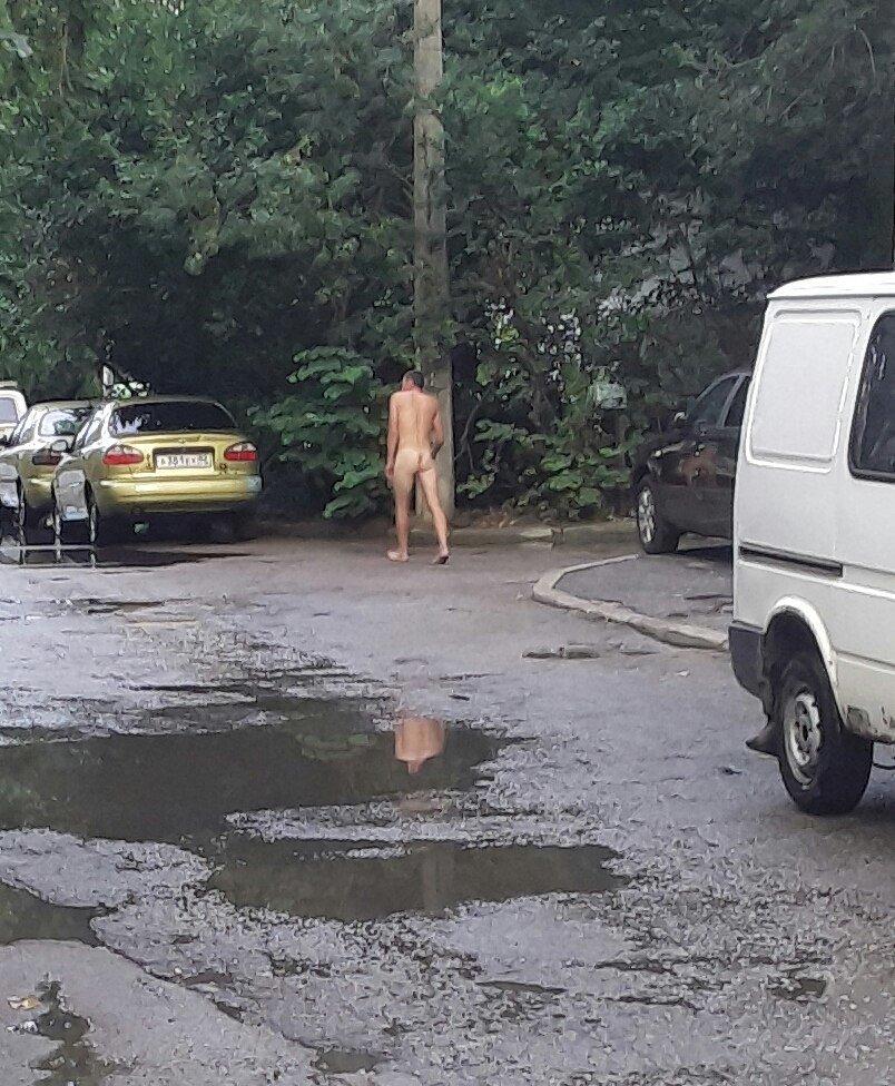 """Таинственный незнакомец смущал ялтинцев прогулкой в стиле """"ню"""", фото-1"""