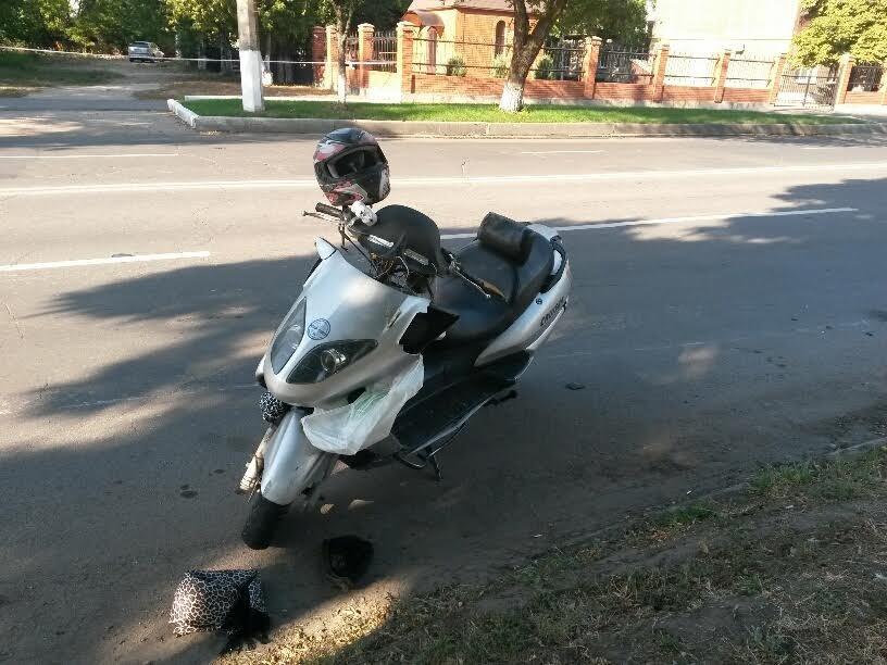 В Мариуполе под колеса мопеда попал пешеход (Фотофакт), фото-1