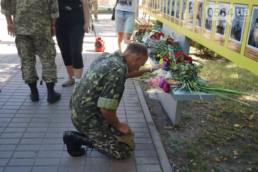 """В Кривом Роге: почтили память погибших в Иловайске, второй раз испортили памятники на могилах Героев, собрали подписи против произвола """"Кри..., фото-1"""