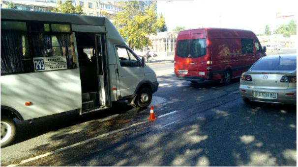 В Кривом Роге: полиция начал расследование вандализма на кладбище, таксист наехал на девушку и скрылся, маршрутка въехала в микроавтобус, фото-2