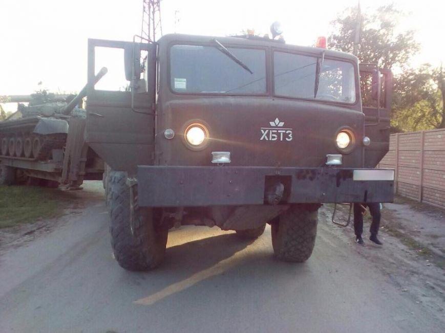 В Харькове грузовик, перевозивший танк, сбил пешехода, фото-1