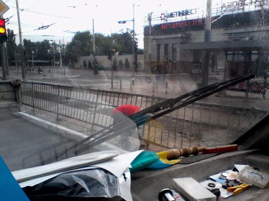 В Мариуполе в дождь к приезду Порошенко красили забор (ФОТОФАКТ), фото-1