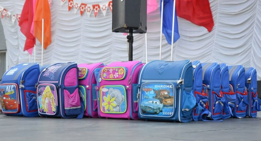 Метинвест подарил авдеевским первоклассникам школьные портфели, фото-4