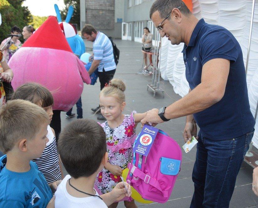 Метинвест подарил авдеевским первоклассникам школьные портфели, фото-6