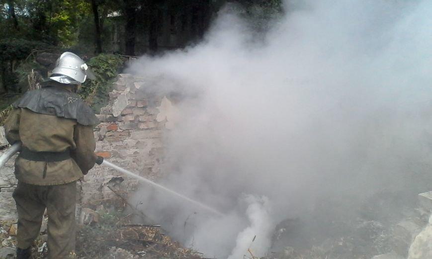 В Каменском горел автомобиль и заброшенный гараж с мусором, фото-4